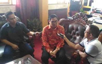 Wakil Bupati Gunung Mas Rony Karlos diwawancara sejumlah wartawan.