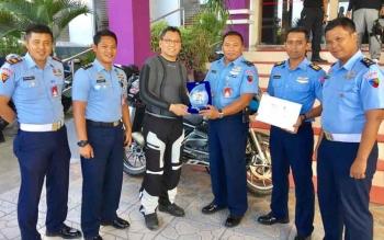 Kadislog Lanud Iskandar Mayor Kal Fatkur Arifin (dua kanan) menerima plakat dari klub motor gede (moge) GeSers Indonesia di Pangkalan Bun, Jumat (28/4/2017).