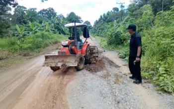 Kondisi jalan yang sedang diperbaiki.
