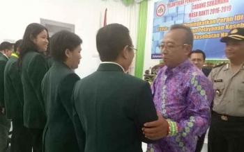 Sekda Sukamara, Sumantri saat memberikan ucapan selamat kepada Ketua IDI Kabupaten Sukamara, dr Abdul Latif.