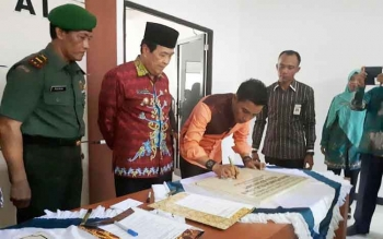 Bupati Kotim Supian Hadi didampingi Wakil Bupati Taufiq Mukri menandatangani prasasti ruang inap poli jiwa RSUD dr Murjani Sampit, Jumat (28/4/2017)