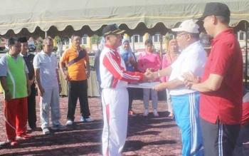 Bupati Sukamara, Ahmad Dirman didampingi Wakilnya Windu Subagio saat menyerahkan SK Plt Sekda kepada Asisten II Bidang Administrasi Umum, Ekonomi dan Pembangunan, Sutrisno