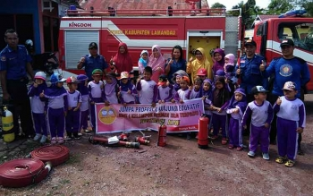 Puluhan anak KBIT Mutiara Ilmu melakukan foto bersama dalam kunjungan edukasi ke Markas Pemadam Kebakaram, Kamis (13/4)