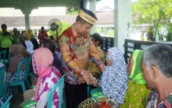 Bupati Kapuas Ben Brahim S Bahat menyalami seorang pasien katarak di RSUD dr H Soemarno Sosroatmodjo, Jumat (28/4/2017)