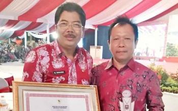 (kiri) Asisten II Setda Barsel, Suhardi bersama kabag pemerintahan Kujang Rosayadi usai menerima penghargaan