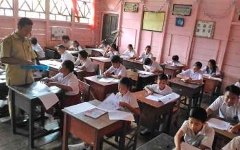 Para pelajar di Kabupaten Gunung Mas saat melaksanakan aktivitas belajar mengajar.