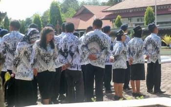 Sejumlah guru di Lamandau saat mengikuti apel di halaman Kantor Dinas Dikbud Lamandau, beberapa waktu lalu.