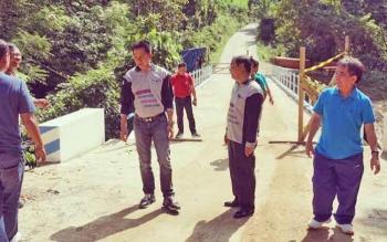 Bupati Bario Utara, H Nadalsyah disampingi Sekda H Jainal Abidin dan Kepala dinas perhubungan H Iwan Fikri saat eninjau jalan dan jembatan Teluk Mayang - Desa Malawaken.