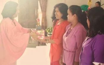 Ketua KPPer Resort GKE Kuala Kurun, Kabupaten Gunung Mas Warsinie Edyson D Kenting (kiri) menyerahkan penghargaan kepada pemenang lomba Mambasa Surat Barasih di Gereja Nazaret Desa Teluk Nyatu, Sabtu (29/4/2017).