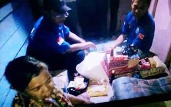 Saat Tim Rescue Balakar 545 Kuala Kapuas memberikan bantuan berupa sembako kepada Angah, warga Jalan Keruing RT 03, Kecamatan Selat Kuala Kapuas, sabtu (29/4/2017)