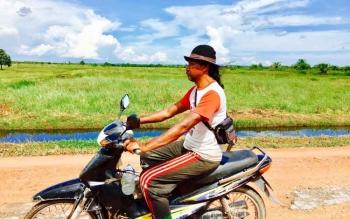 Salah satu warga desa Tanjung Terantang melintas di area lahan desa belum lama ini. Sementara itu warga menuntut lahan desa yang dikuasai PT SIP dikembalikan.
