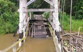 kondisi jembatan gantung Surapanji semakin memprihatinkan