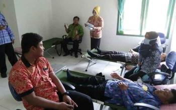 Para pegawai di lingkungan Pemerintah Kabupaten Lamandau saat mengikuti aksi donor darah, Kamis (20/4/2017).