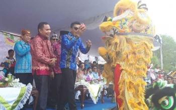 Bupati Kotim Supian Hadi menyapa salah satu peserta Sampit Ethnic Carnaval.