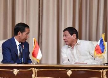 Presiden Joko Widodo saat berdialog dengan Presiden Filipina, Rodrigo Duterte, Jumat (28/4/2017)