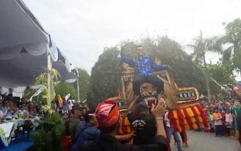 Bupati Kotim Supian Hadi menaiki reok salah satu peserta etnik karnaval, Sabtu (29/4/2017)