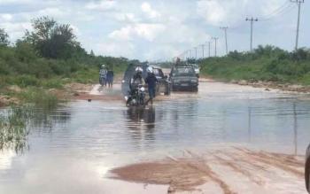 Jalan penghubung Kecamatan Kotawaringin Lama (Kolam)-Pangkalan Bun, Kabupaten Kotawaringin Barat, Kalimantan Tengah, kembali diterjang masalah banjir.