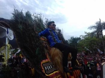 Bupati Kotim Supian Hadi saat naik di atas reog di Sampit Etnik Karnaval\\r\\n
