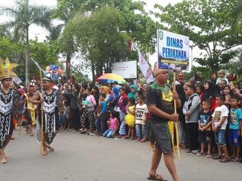 Penonton berjejal memadati jalan untuk menyaksikan etnik karnaval, Sabtu (29/4/2017)