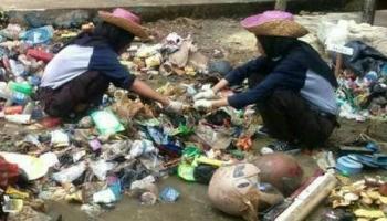 Pelajar dan mahasiswa bersama Camat Teweh Tengah, Eveready Noor saat melaksanakan perang sampah di Kelurahan Lanjas