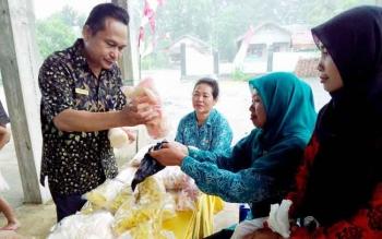 Kepala Dinas Pemberdayaan Masyarakat dan Desa (DPMD) Kabupaten Pulang Pisau, M Syaripul Pasaribu membeli hasil usaha masyarakat Desa Sidodadi dalam kunjungannya, Sabtu (29/4/2017).