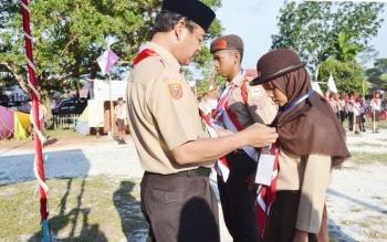 Ketua Kwartir Cabang Gerakan Pramuka Kapuas Rianova SH menyematkan tanda peserta Lomba Tingkat III Regu Penggalang se Kabupaten Kapuas Jumat (28/4/2017) sore di Bumi Perkemahan Sanggar Pramuka Kapuas