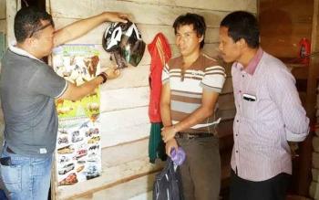 Kapolsek Antang Kalang bersama sejumlah anggota sedang melakukan pemeriksaan barang bukti dihadapan pelaku pencurian.