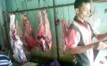 Penjual daging sapi di Pasar Kasongan, Kabupaten Katingan sibuk melayani pembeli, Minggu (30/4/2017).
