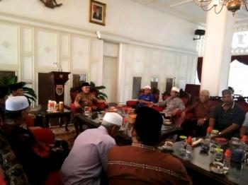 Gubernur Sugianto Sabran saat menerima tamu NU Malaysia saat berkunjung di Istana Isen Mulang, Minggu (30/4/2017) sore.