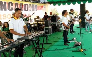 Personil grup musik dangdut Palapa dari Jawa Timur saat tampil di acara deklarasi pencalonan Sudarsono, di Pembuang Hulu, Minggu (30/4/2017).
