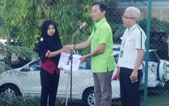 Head Of Forestry CBI Group, Mr. Hanjin Park (tengah), Senin (1/5/2017), menyerahkan santunan duka kepada Ersi Jubaidah, istri almarhum Gaguk Hariyanto, karyawan yang meninggal Januari 2017.