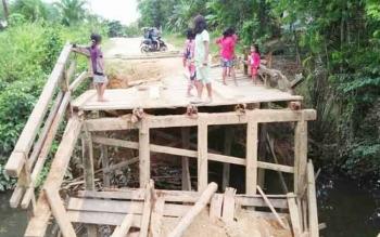 Sebuah jembatan penghubung antar desa di Desa Batu Badinding Kecamatan Katingan Tengah ini ambruk.