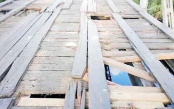 Sejumlah lubang pada lantai jembatan penghubung Sampit-Kuala Pembuang yang hingga siang ini tak kunjung diperbaiki oleh instansi terkait, Senin (1/5/2017).