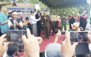 Ketua DPRD Kotawaringin Barat Triyanto saat menerima petisi dari perwakilan para buruh.