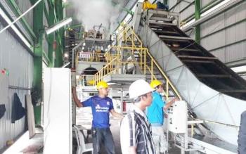 Tampak karyawan di salahsatu Pabrik Kelapa Sawit saat tengah bekerja, beberapa waktu lalu.