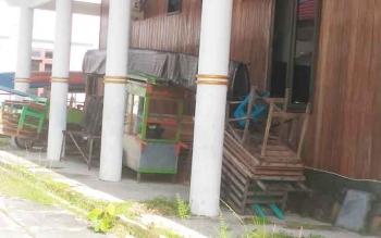 Peralatan milik para pedagang di Taman Kota Kuala Kurun disimpan di halaman Hotel Gunung Mas, Senin (1/5/2017).