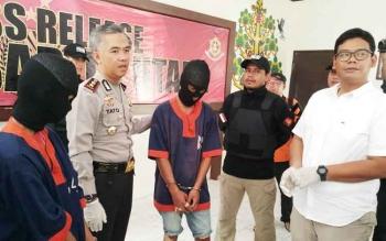 Press release pembunuhan Sywal alias Daya yang menghadirkan kedua tersangka pembunuhan HS dan SB.