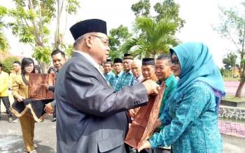 Bupati Sukamara, Ahmad Dirman memberikan tali asih kepada tokoh pendidikan di Kabupaten Sukamara. Penghargaan diberikan dalam kegiatan peringatan Hri Pendidikan Nasional 2017, Selasa (2/5/2017).
