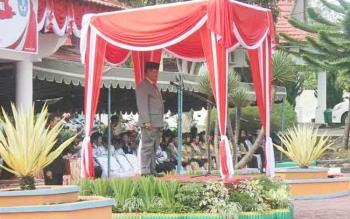 Bupati Lamandau, Marukan, tampas tengan memimpin upacara peringatan Hardiknas tahun 2016 di Halaman Dinas Dikbud Lamandau, Selasa (2/5/2017).