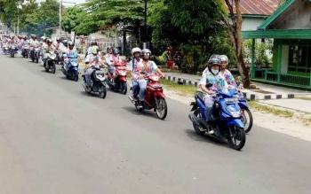 Siswa SMAN 1 Sukamara saat melakukan konvoi di jalan merayakan kelulusan.