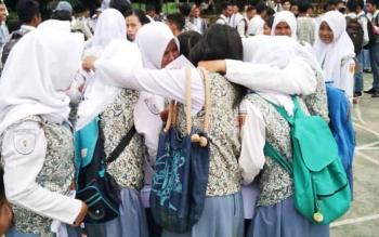 Sejumlah siswa SMKN 1 Muara Teweh, Kabupaten Barito Utara, saling berpelukan saat membuka surat kelulusan, Selasa (2/5/2017).
