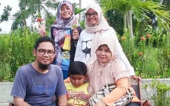 Asyistiah Kartika Ilmiya bersama ayah dan ibunya, Muhammad Hasbi Assidiki dan Rosanah, serta dua adiknya, Asyistiah merupakan siswa SMAN 1 Muara Teweh peraih nilai rata-rata UNBK tertinggi se-Kalteng.