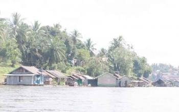 Pemukiman masyarakat di pinggir Sungai Barito, Kabupaten Murung Raya.