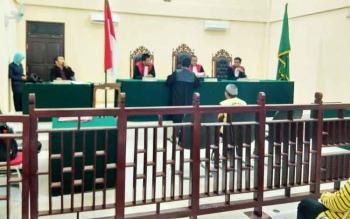 Jaksa M Sitomorang menyerahkan berkas tuntutan Aspihani bin Murhan kepada majelis hakim Pengadilan Negeri Muara Teweh yang dipimpin Suparna dalam persidangan yang berlangsung, Selasa (2/5/2017).