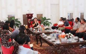 Gubernur Kalteng Sugianto Sabran saat menerima kunjungan rombongan wartawan dalam dan luar negeri di rumah jabatan Senin (1/5/2017)