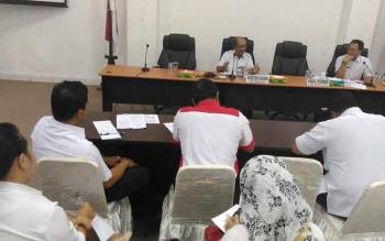 Sekretarias Daerah Kabupaten Gunung Mas Kamiar (kiri) memimpin rapat, Rabu (3/5/2017)