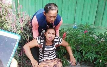 Korban kecelakaan tunggal akibat sepeda motornya menabrak lubang di Jalan Ahmad Yani, Kelurahan Baru, Pangkalan Bun, Kotawaringin Barat, Rabu (3/5/2017).