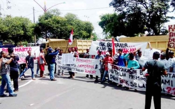 Para sopir truk melakukan aksi demo di depan kantor Gubernur Kalimantan Tengah, Rabu (3/5/2017)