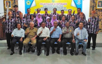 Bupati Pulang Pisau bersama para peserta Penas KTNA yang akan mengikuti kegiatan Penas XV KTNA di aceh.