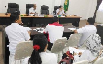 Sekda Gunung Mas Kamiar (kiri) bersama Kepala Dinas Perindustrian dan Perdagangan Yulianus H Umar memimpin rapat persiapan mengikuti Kalteng Quality Expo dan FBIM, Rabu (3/5/2017)